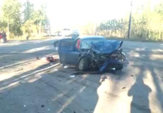 事故中的轿车严重受损