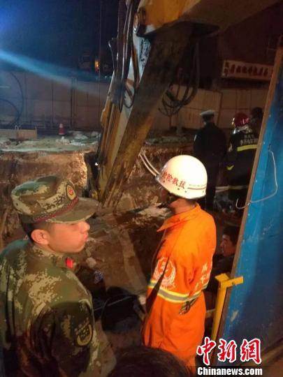 黑龙江齐齐哈尔一地下管网施工现场发生塌方致1死1伤 网友提供 摄