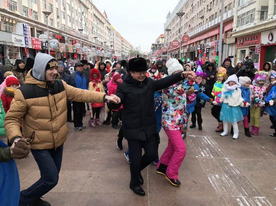 黑河市委书记秦恩亭与俄罗斯人现场所互动