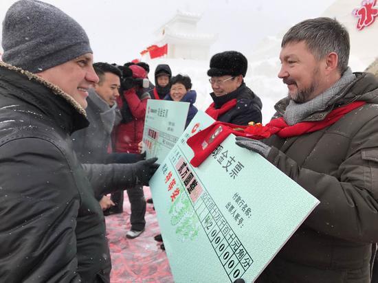 秦恩亭与科索拉波夫共同为特等奖的选手代表颁奖
