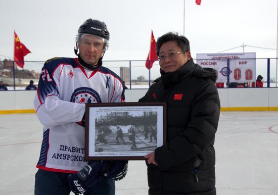 科兹洛夫向孙东生赠送1958年黑龙江省冰球队和阿穆尔州冰球队比赛纪念照片