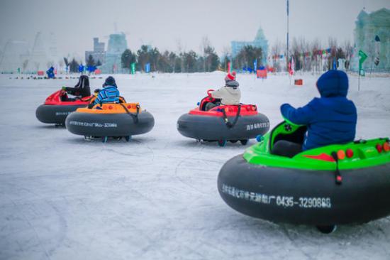 呼兰河口欢乐冰雪世界全国最长的雪圈滑道