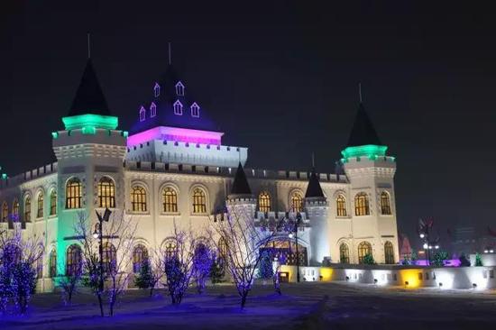 呼兰河口欢乐冰雪世界担任滑雪出发B厅功能的巨蟹座城堡