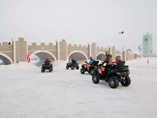 呼兰河口欢乐冰雪世界拉风的雪地摩托车