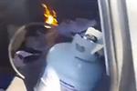 厉害了!国外小哥将煤气罐点燃抱上车取暖