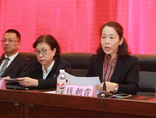 3党委书记钱朝霞代表党政领导向大会做了党风廉政建设承诺