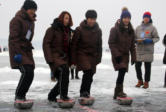 王琳娜、王曼丽、张会、刘秋宏(从左至右)与青少年互动