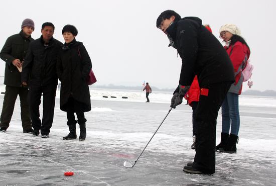 佟健体验冰上高尔夫