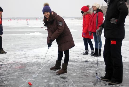 刘秋宏体验冰上高尔夫