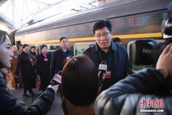 3月2日清晨,出席十二届全国人大五次会议的黑龙江代表团乘火车抵达北京,成为首批抵京的京外代表。 中新社记者 刘震 摄