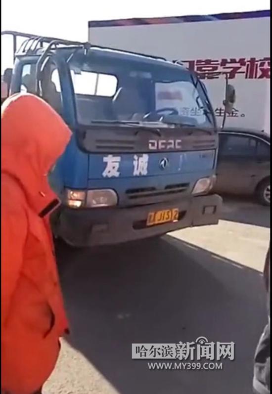肇事的蓝色货车。