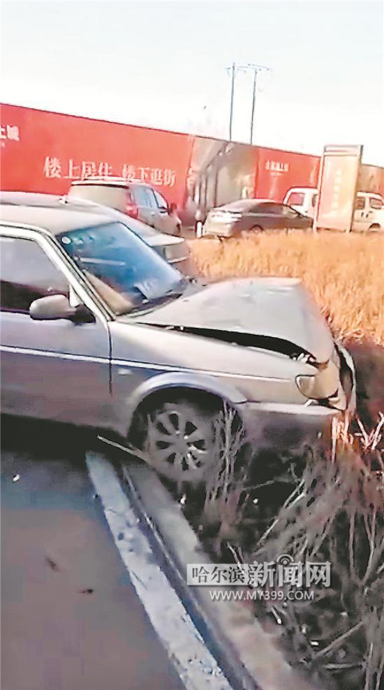 小区内被撞的车辆。