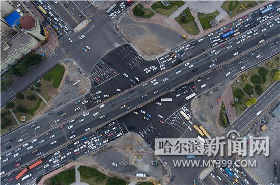 标志板已经初步建成,广场路口内的交通标线待路面形成后再进行施划,现