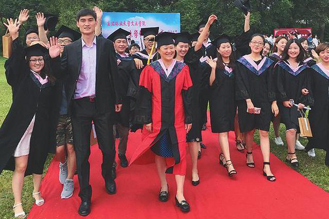 东北林大办户外草坪毕业典礼 设走红毯等环节
