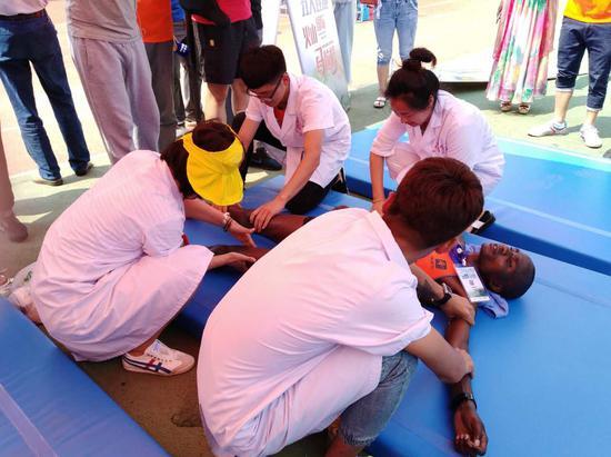 医护人员为运动员做赛后按摩