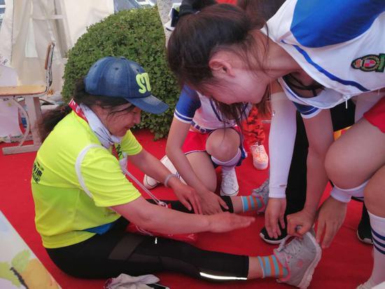 志愿者为运动员做赛后按摩