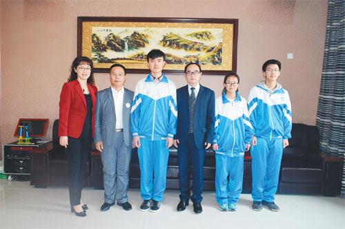吴漫琪(右二)、刘天旭(右一)与东方剑桥教育集团董事长于松岭(右三)、剑桥三中校长常翠萍(左一)及班主任籍晓刚(左二)合影。