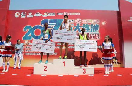 男子组半程马拉松颁奖