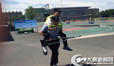 牡丹江市考生脚踝受伤 民警甘当拐杖护送其出考场