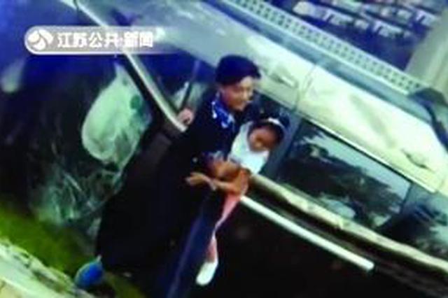 轿车与自行车相撞 骑车少年忍痛救出车内女童