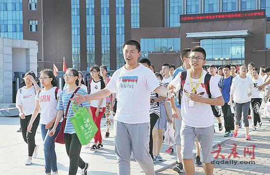 微笑着走出考场的考生。大庆日报记者 孙娜 摄