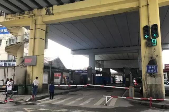 哈站部分列车调整出站口 临时出站口设置在海城桥下