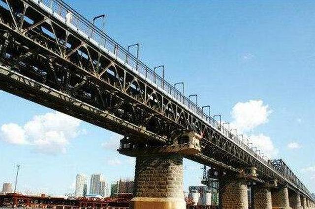 """哈尔滨一六旬大爷滨洲铁路桥上""""话聊""""劝下跳桥女"""