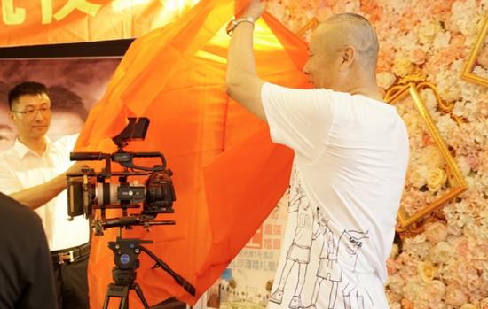 导演、出品人共同完成掀红布开机仪式