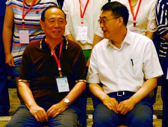 会议期间,王永晨书记(右)与张岂凡教授亲切交流。