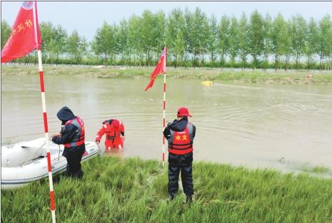 水文技术人员测流