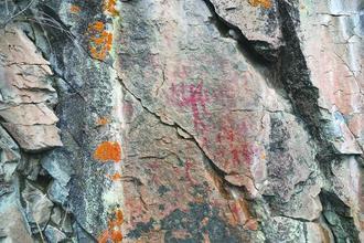 大兴安岭密林深处再次发现史前岩画