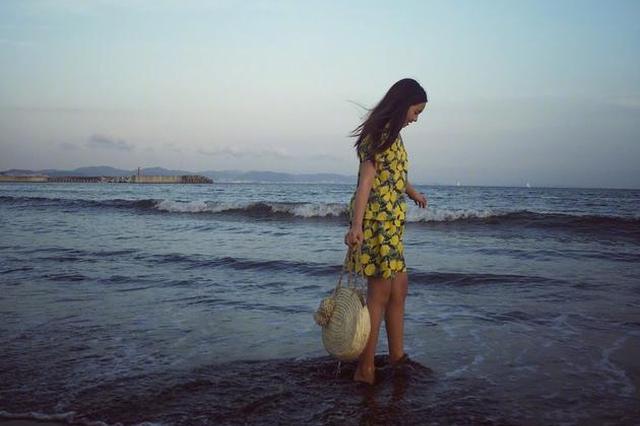 多多穿碎花裙海边玩耍 大长腿抢镜女神气质初现