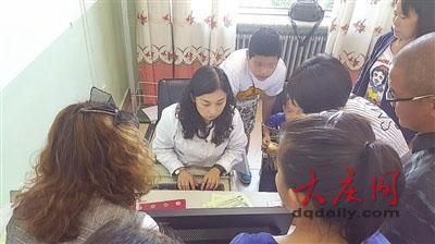 吴春燕医生在为家长们提供诊疗意见。