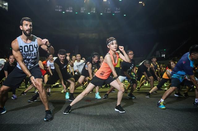 袁姗姗带千人挥拳训练一小时 号称是地表最强运动课