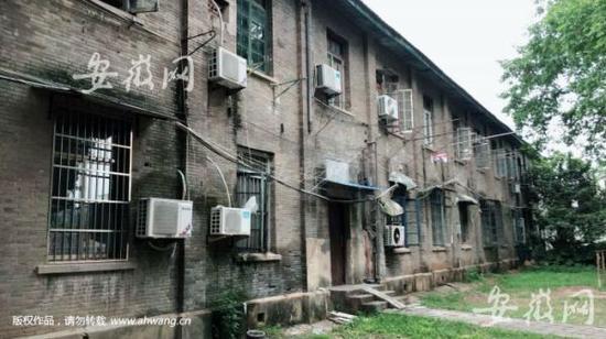 """被称为""""安徽大学青楼""""的,是安庆师大菱湖校区的一栋教职工宿舍楼,有人曾称其为""""灰楼""""。"""