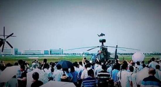 """在 14 日的天津直博会上,中国陆军航空兵 """" 风雷 """" 飞行表演队做了精彩表演。"""