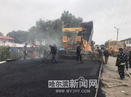 江北中环路大修工程——大耿家路段摊铺沥青混凝土
