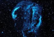 天鹅座卷曲线条照亮太空