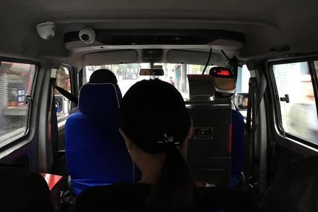 重庆面包车公交看呆外地游客 一次只能坐7人