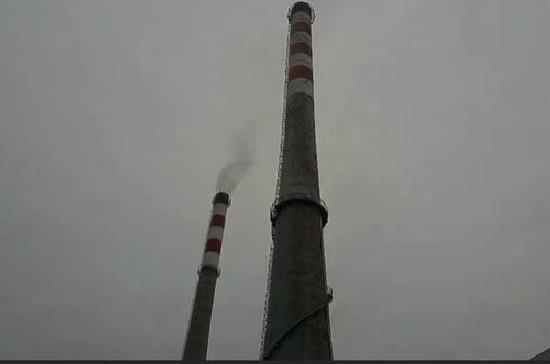 火成功后,烟囱中升起徐徐白烟。