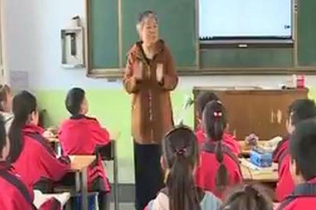 女教师单腿跳跃讲课19年 装上假肢学生排队抱她