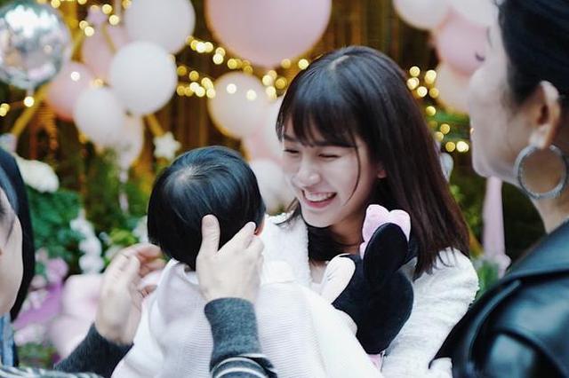 张子萱抱女儿出镜 露灿烂笑容心情靓