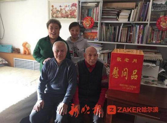 姜毓成老人和儿子、儿媳、孙女