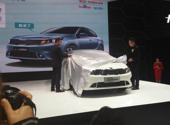 厂商领导共同为新车揭幕