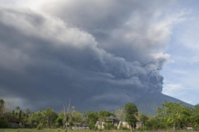 印尼巴厘岛火山喷发 火山灰如柱冲天