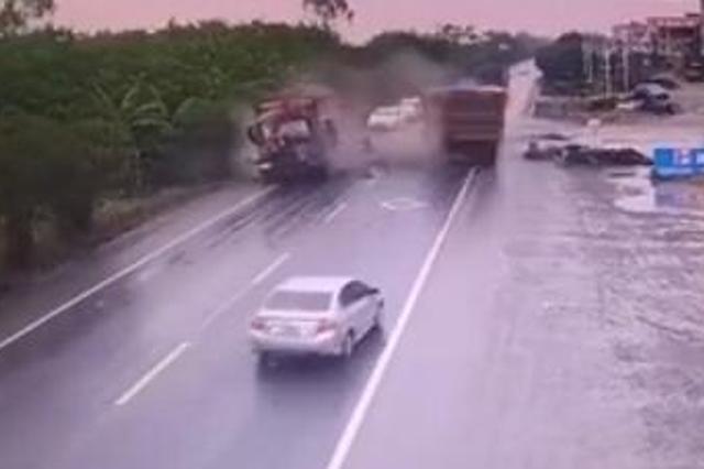 货车甩尾撞上对向车辆驾驶室 车头被拍粉碎