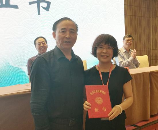 黑龙江省医师协会副会长李剑锋为马兰教授颁发主任委员聘书