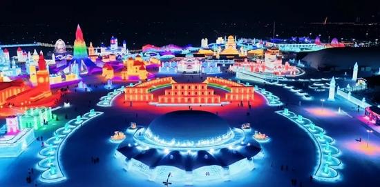 """2021年冬的第23届哈尔滨冰雪大世界小露""""冰""""山一角"""