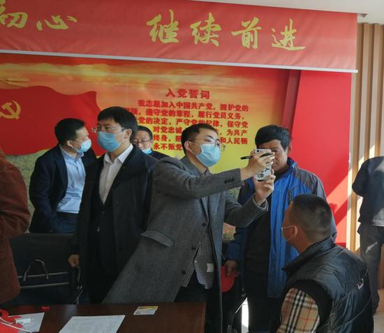 图为建设银行黑龙江绥化分行深入绥棱县泥尔河镇卫星村现场服务