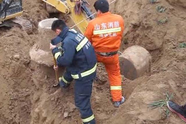 六旬老太轻生跳入15米深井 消防倒挂入井救援